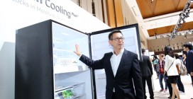 Jimmy Tan, Head of Consumer Electronics, Samsung Malaysia Electronics presenting the new refrigerator, Twin Cooling Plus.