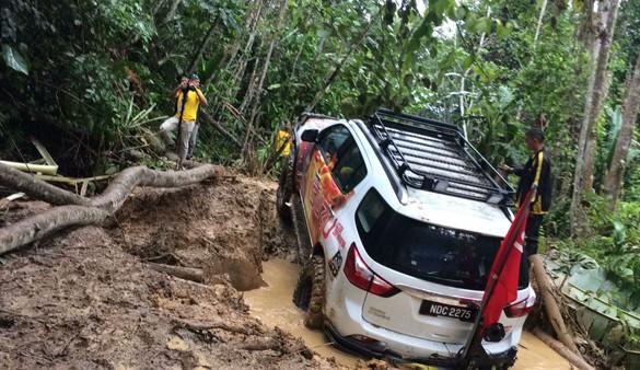 ISUZU mu-X SUV crowns Memorable Debut in 2016 Borneo Safari with 'Vehicle of the Year' Award