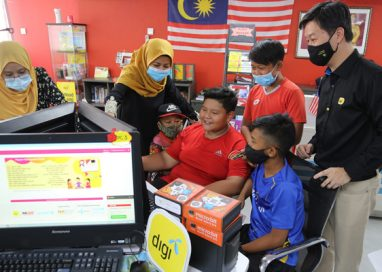 Digi distributes micro:bits sets to 132 Pusat Internet to enable future skills learning